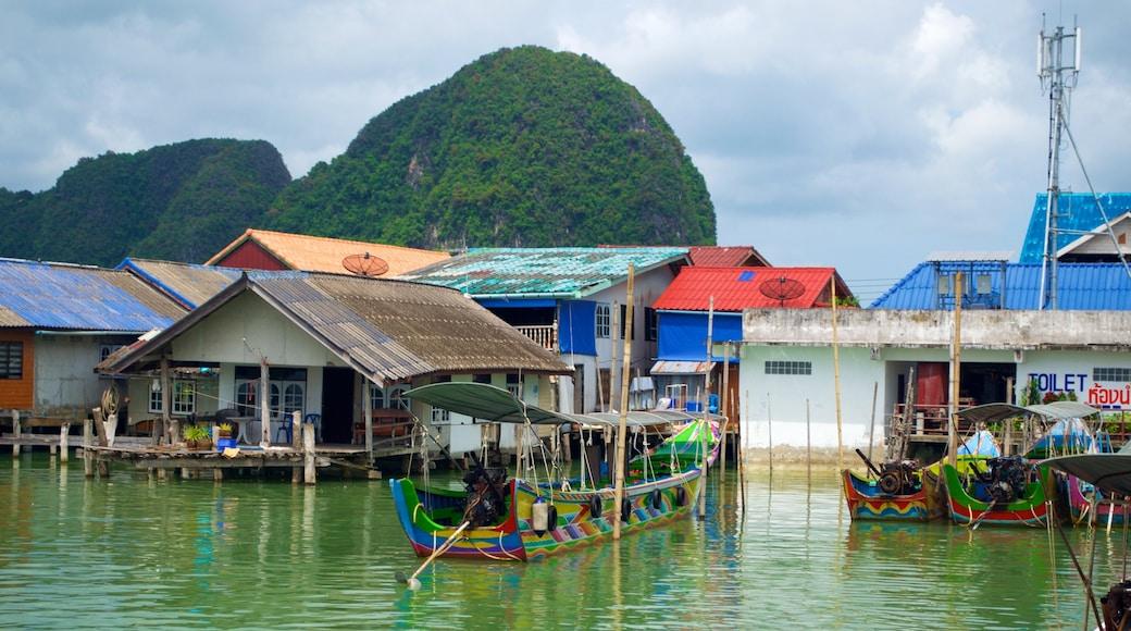 Phang Nga mit einem Küstenort und Bootfahren