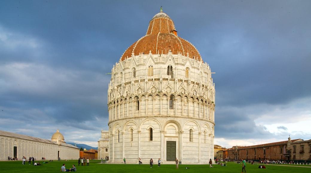 Pisa mostrando elementi religiosi e giardino
