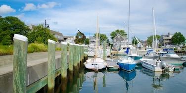 Hyannis que inclui uma baía ou porto e uma marina