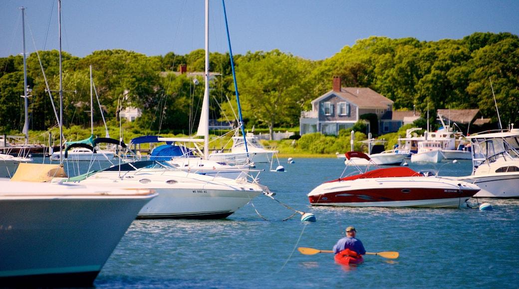 Falmouth ofreciendo botes, kayaks o canoas y una bahía o un puerto