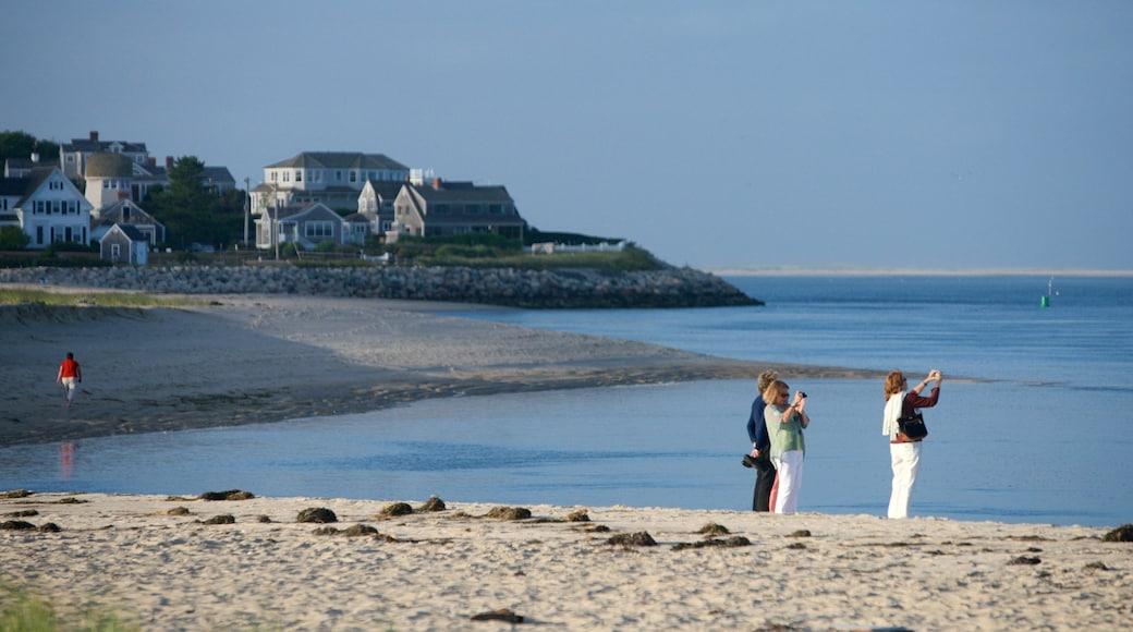 Chatham que inclui uma praia de areia e uma casa assim como um pequeno grupo de pessoas