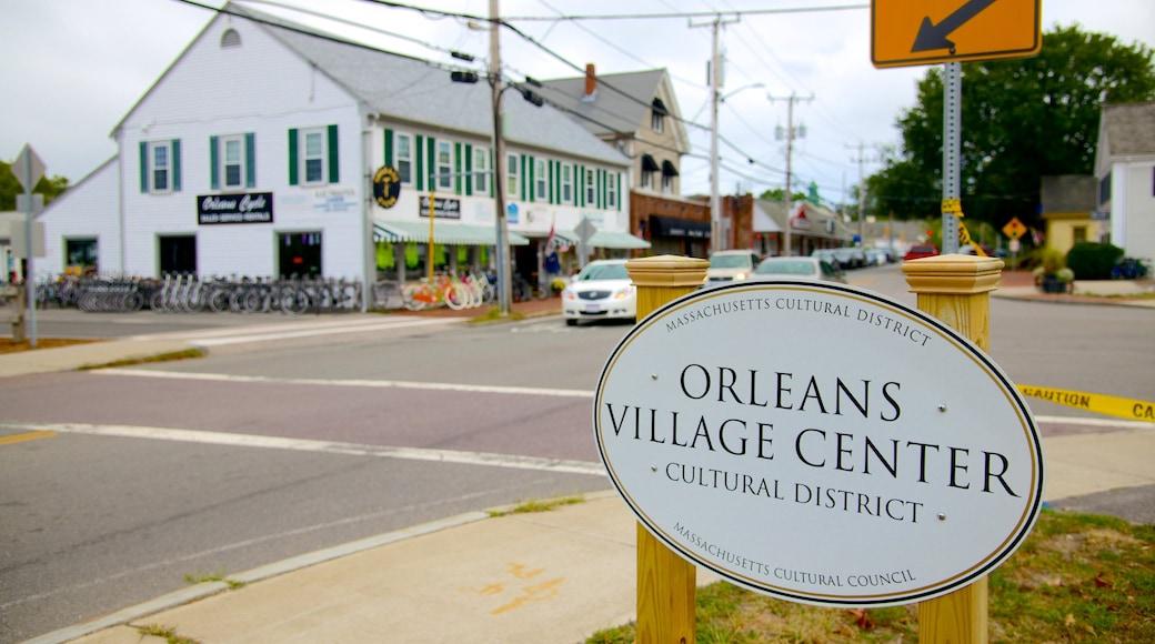Orleans mostrando una pequeña ciudad o aldea y señalización