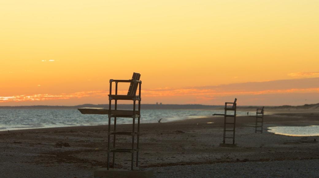 Sandy Neck Beach que inclui uma praia de pedras e um pôr do sol