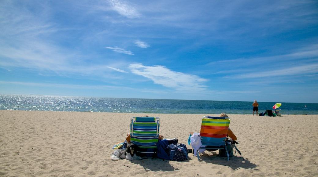 West Dennis Beach mostrando uma praia assim como um casal