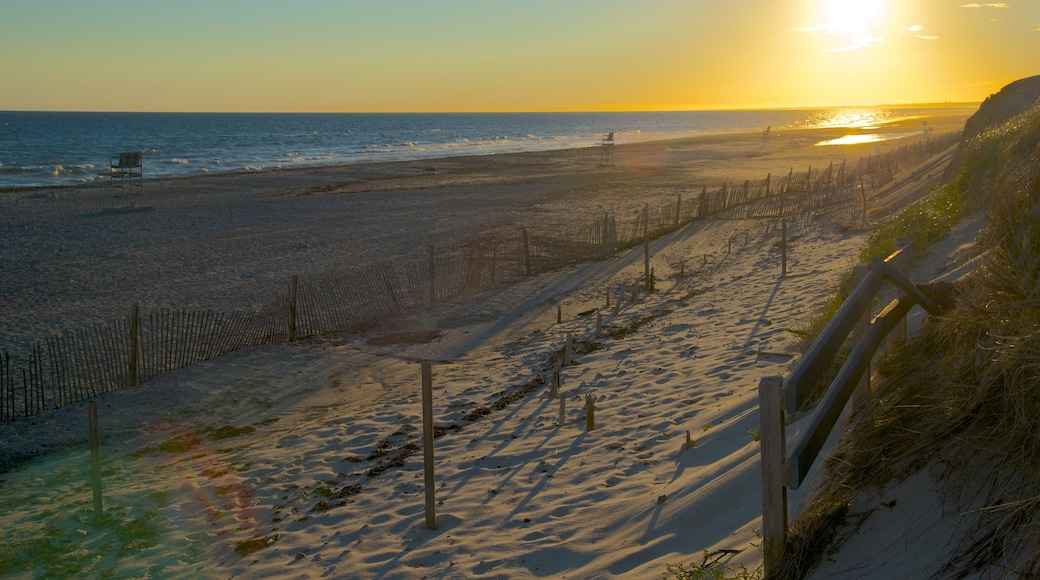 Sandy Neck Beach que inclui uma praia e um pôr do sol