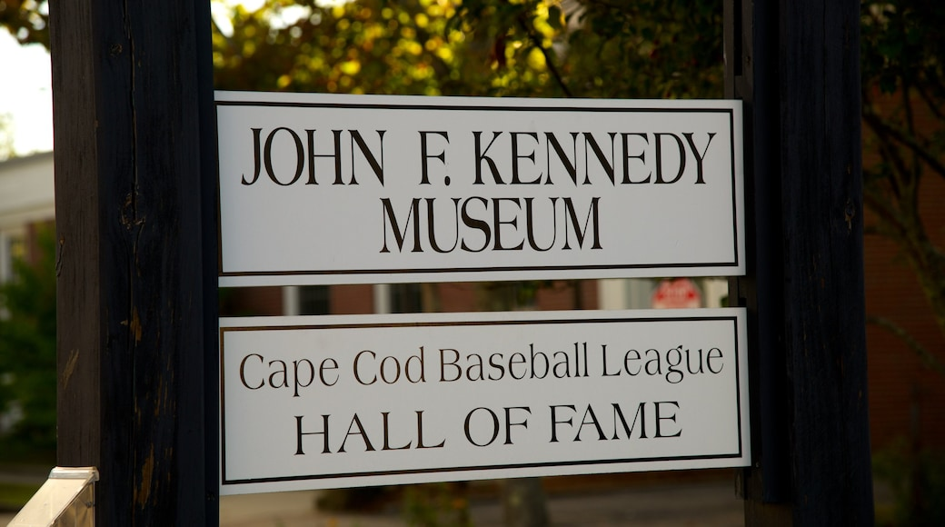 John F. Kennedy Hyannis Museum caracterizando sinalização