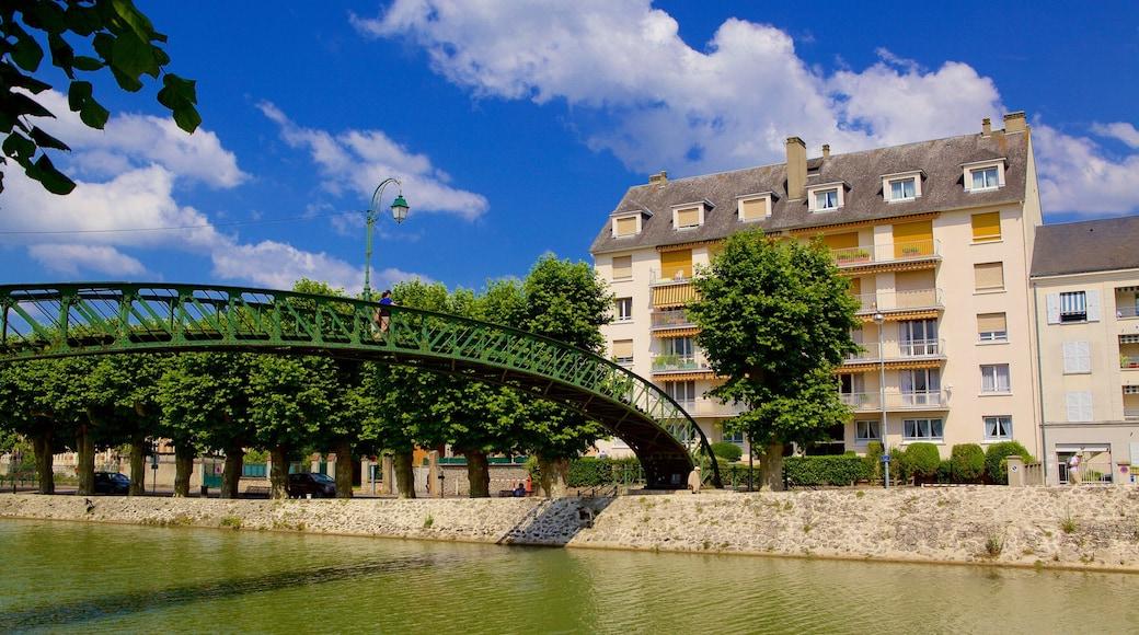 Montargis che include casa, fiume o ruscello e ponte