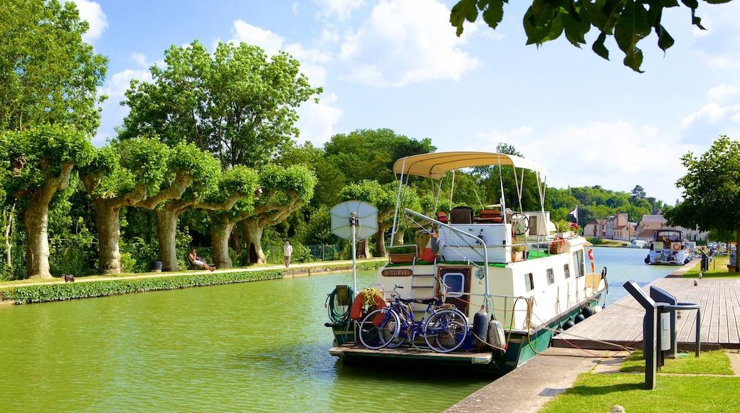 Montargis che include giro in barca e fiume o ruscello