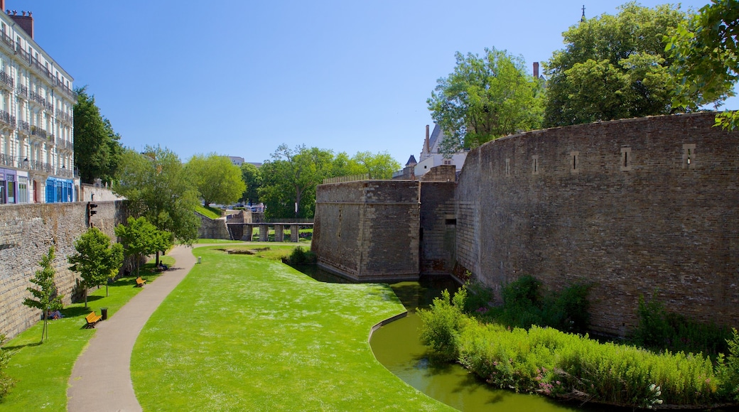 Nantes showing heritage elements and a park