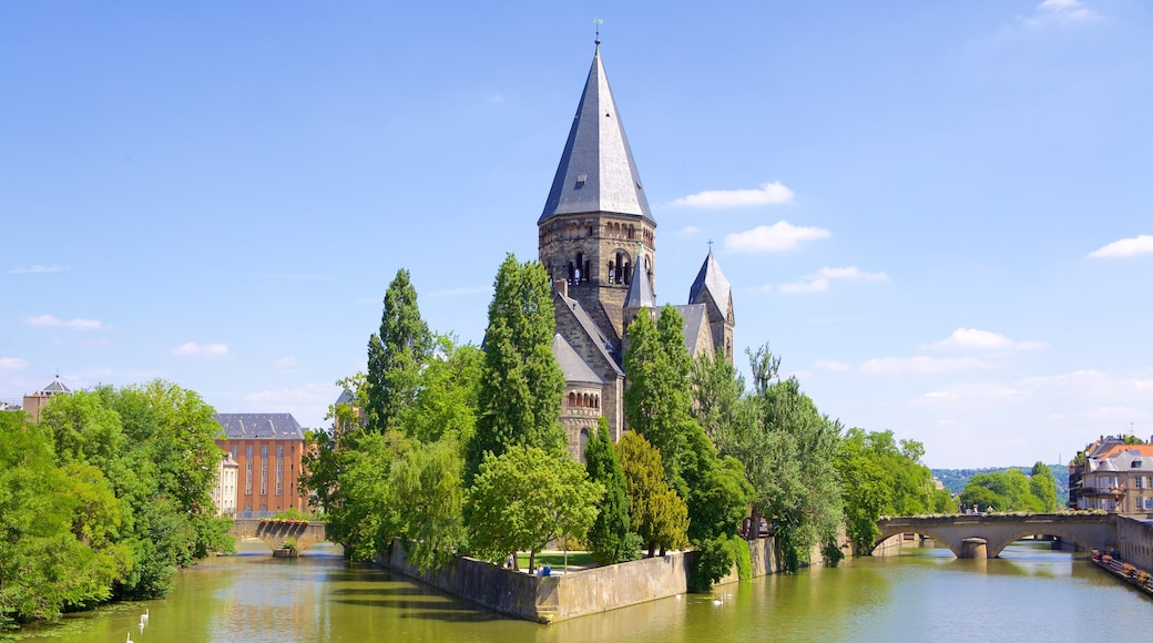 Metz som inkluderar en bro, chateau eller palats och en å eller flod