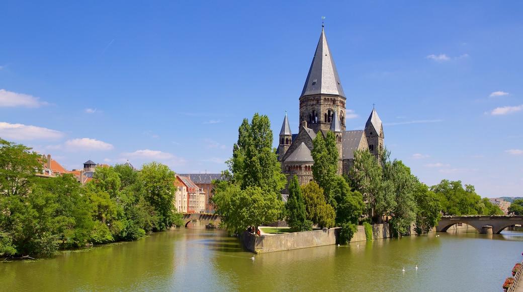 Metz mit einem Brücke, Geschichtliches und Fluss oder Bach