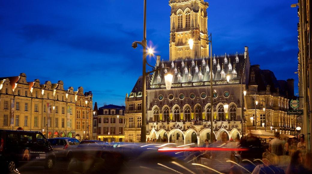 Place des Héros montrant scènes de nuit et patrimoine historique