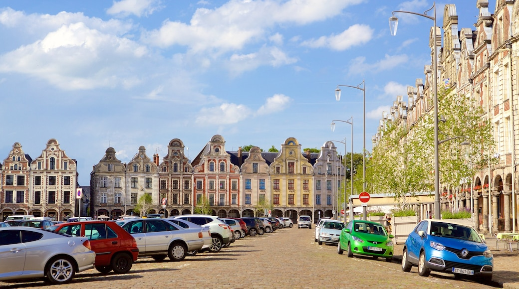 Grand-Place montrant maison, patrimoine historique et scènes de rue