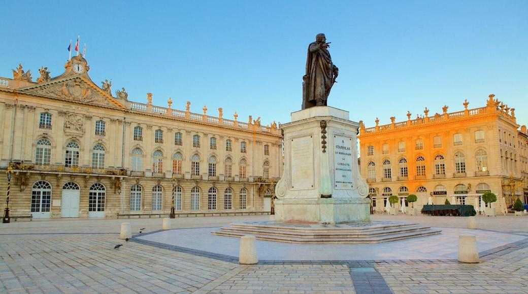 Hôtel de Ville von Nancy welches beinhaltet Platz oder Plaza und Statue oder Skulptur