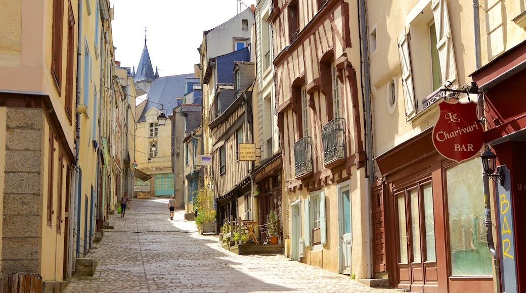 Laval montrant scènes de rue et patrimoine historique