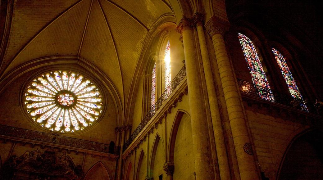Angers mettant en vedette vues intérieures, église ou cathédrale et patrimoine historique