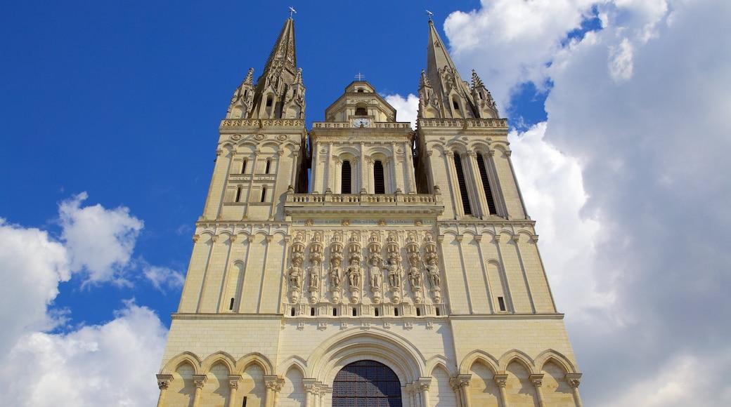 Cathédrale d\'Angers mettant en vedette église ou cathédrale, patrimoine historique et patrimoine architectural