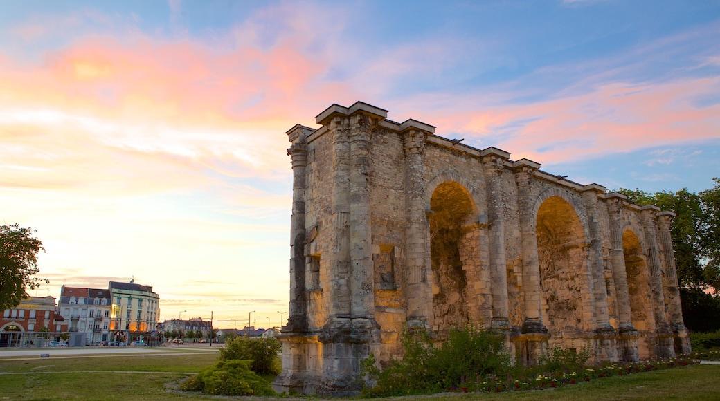 瑪斯門 呈现出 歷史建築, 夕陽 和 傳統元素
