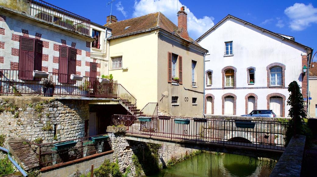 Montargis mettant en vedette rivière ou ruisseau, maison et pont
