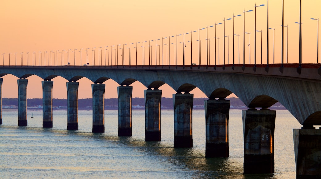 Ponte di Ile de Re che include tramonto e ponte