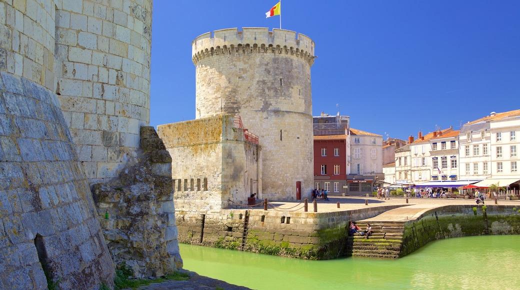 La Rochelle que incluye elementos patrimoniales y una localidad costera