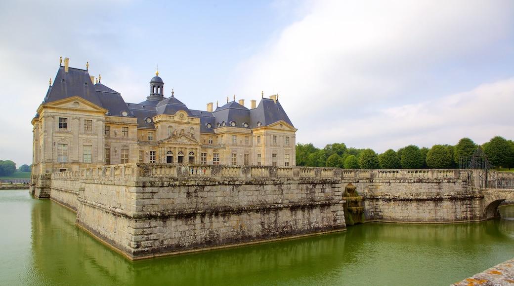 Melun montrant château ou palais, rivière ou ruisseau et patrimoine historique