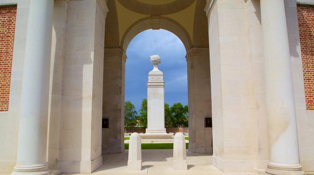 Cimetière de guerre d\'Arras mettant en vedette patrimoine historique et monument