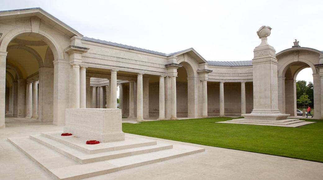 Cimetière de guerre d\'Arras montrant mémorial et patrimoine historique