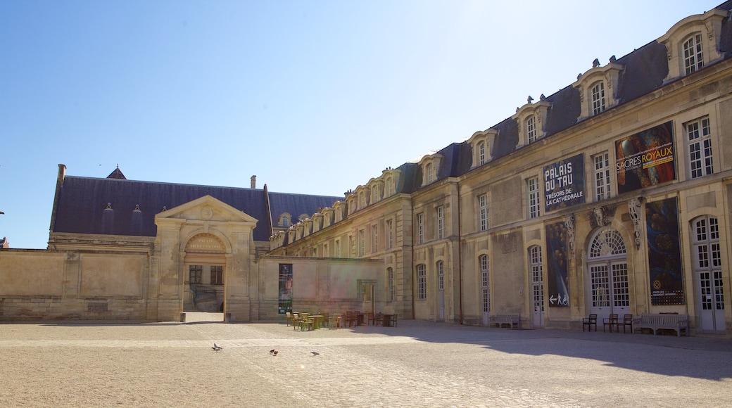 塔烏宮 其中包括 傳統元素 和 城堡