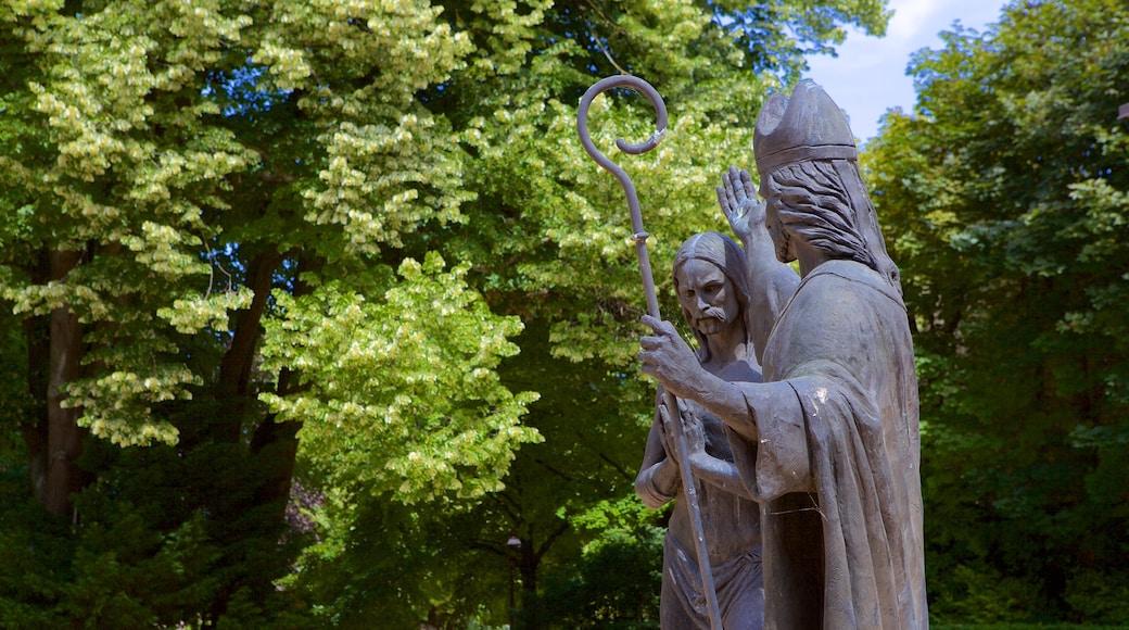 聖雷米大教堂 设有 宗教元素 和 雕像或雕塑