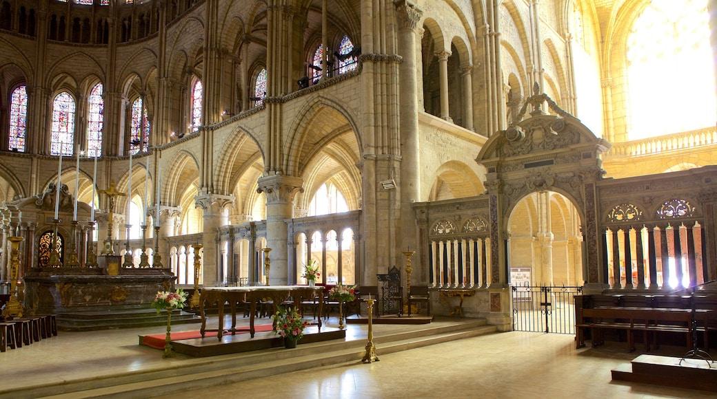聖雷米大教堂 设有 教堂或大教堂 和 內部景觀