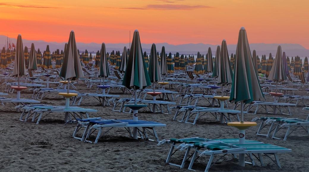 Lignano Sabbiadoro che include tramonto e spiaggia sabbiosa