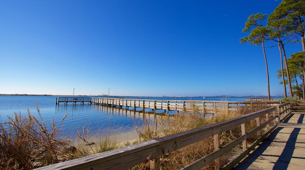 Fort Walton Beach which includes a lake or waterhole