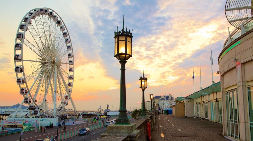 Brighton Wheel mit einem Sonnenuntergang und Straßenszenen