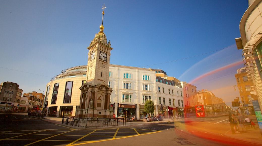 Brighton Clock Tower das einen Straßenszenen