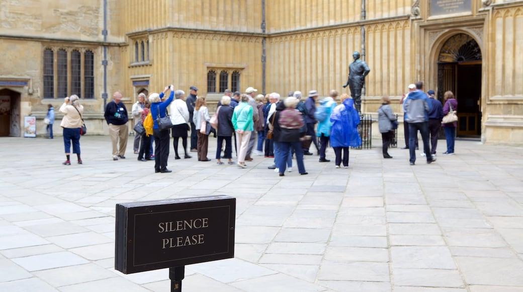 Bodleian Library caratteristiche di segnaletica cosi come un grande gruppo di persone