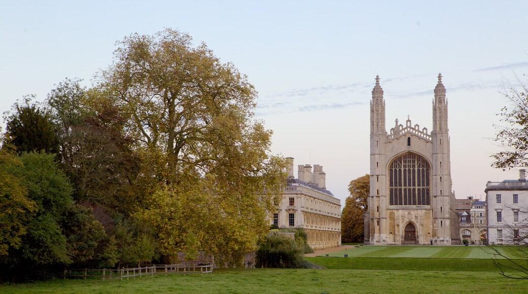 King\'s College Chapel ofreciendo arquitectura patrimonial, un jardín y elementos patrimoniales
