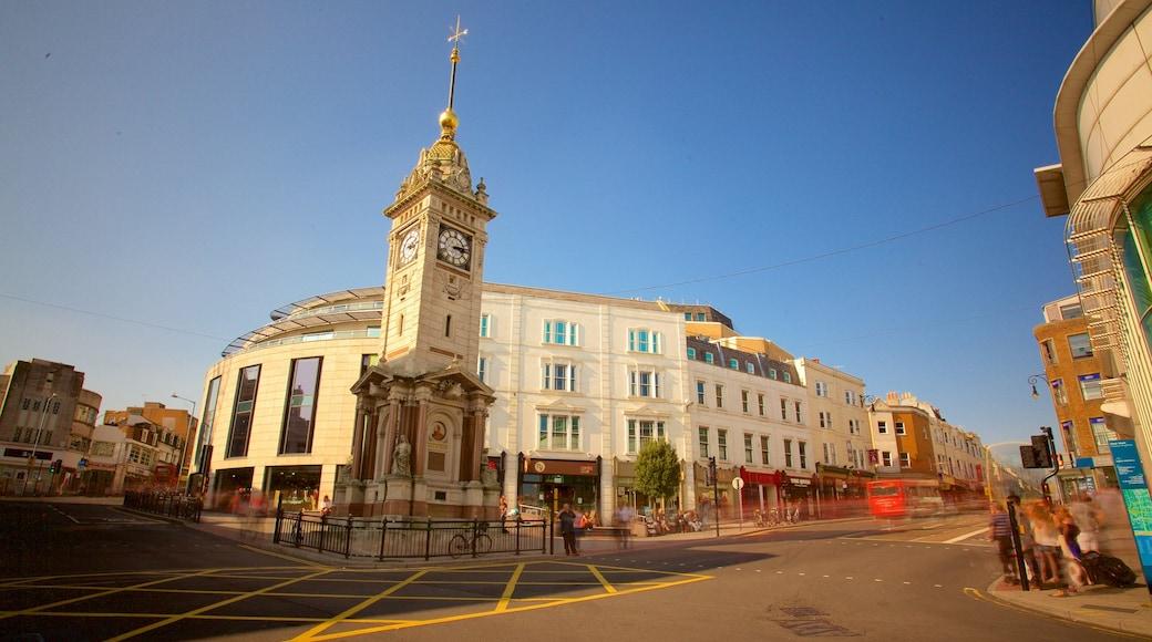 Brighton Clock Tower mit einem Geschichtliches und Straßenszenen