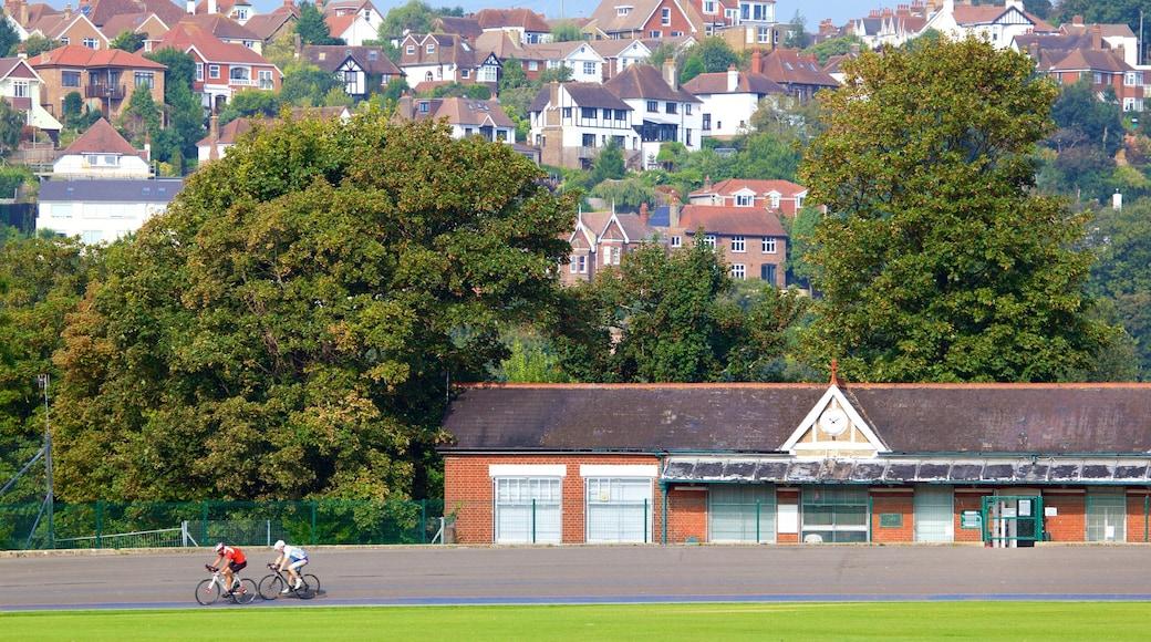 Preston Park mit einem Kleinstadt oder Dorf und Straßenradfahren