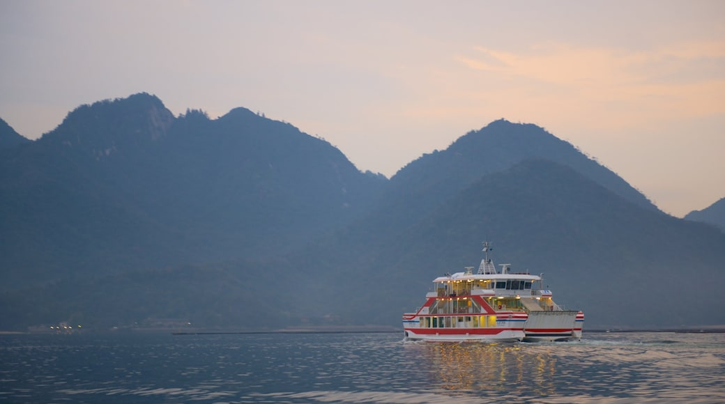 Hatsukaichi ซึ่งรวมถึง ทะเลสาบหรือแอ่งน้ำ และ การพายเรือ