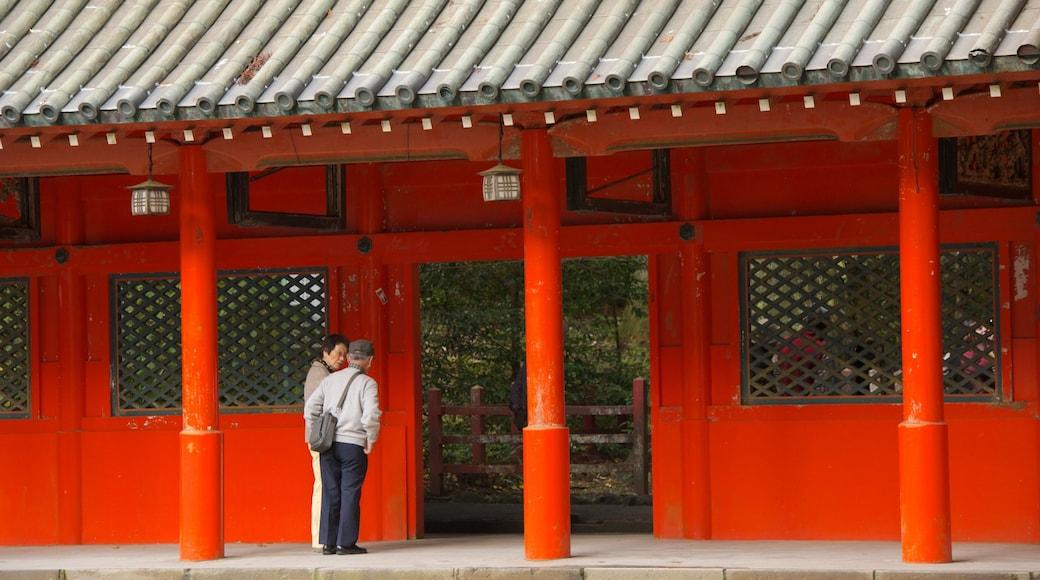 箱根神社 呈现出 廟宇或禮拜堂 以及 一小群人