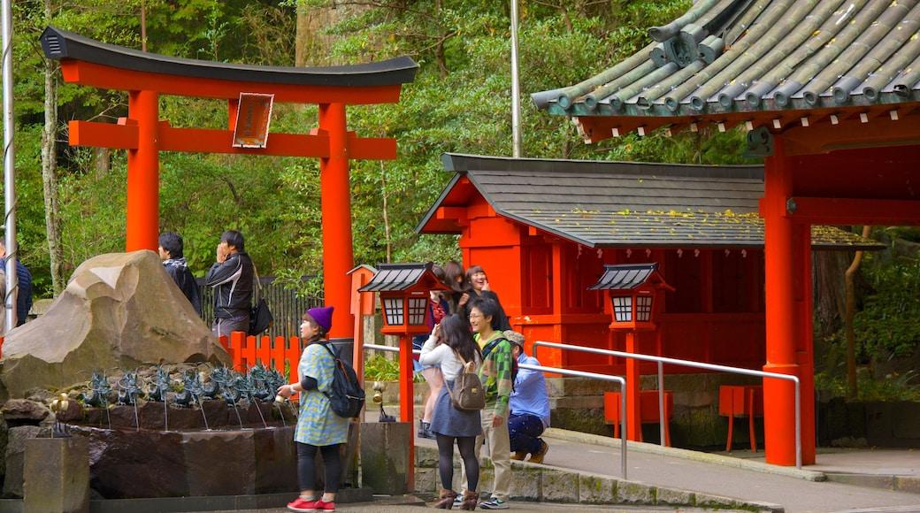 箱根神社 其中包括 廟宇或禮拜堂 以及 一小群人