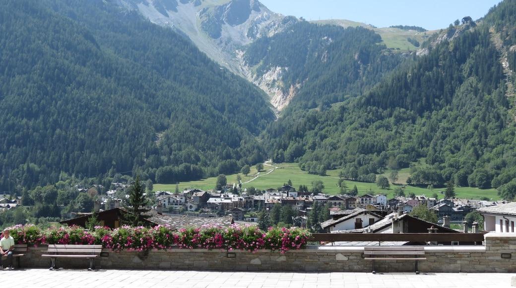 Courmayeur das einen Berge und Kleinstadt oder Dorf