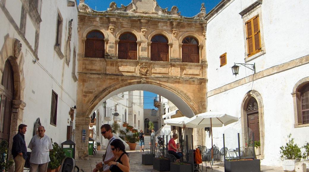 Lecce mostrando oggetti d\'epoca e strade cosi come un piccolo gruppo di persone