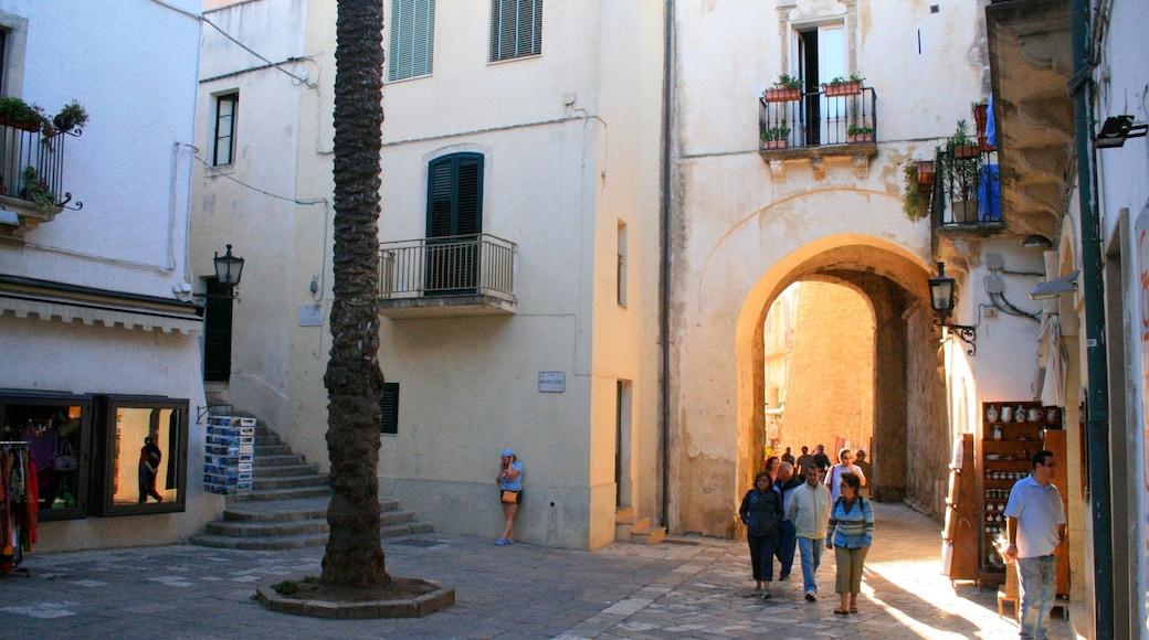 Lecce mostrando strade cosi come un grande gruppo di persone