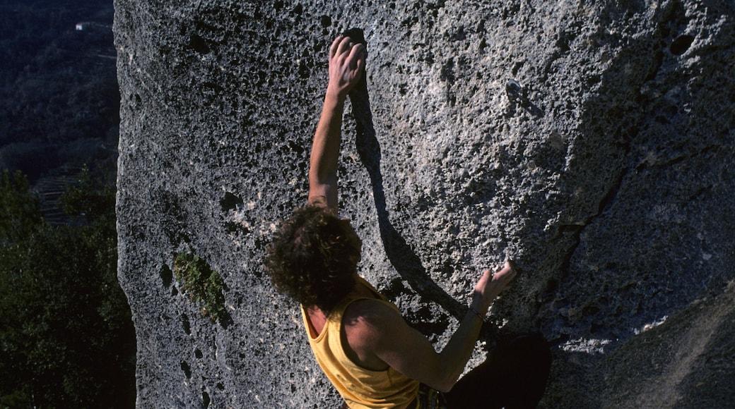 Finale Ligure som inkluderar klättring såväl som en man