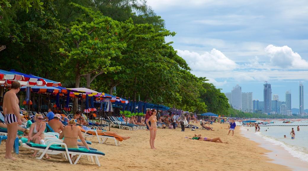 หาดดงตาล ซึ่งรวมถึง หาดทราย ตลอดจน คนกลุ่มใหญ่