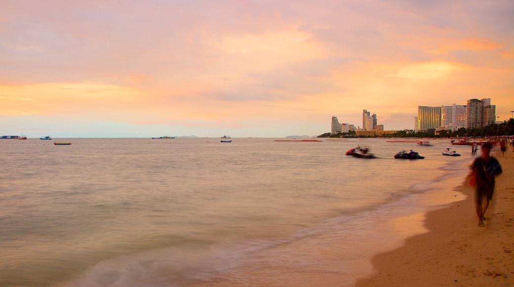 芭堤雅海灘 呈现出 夕陽 和 沙灘