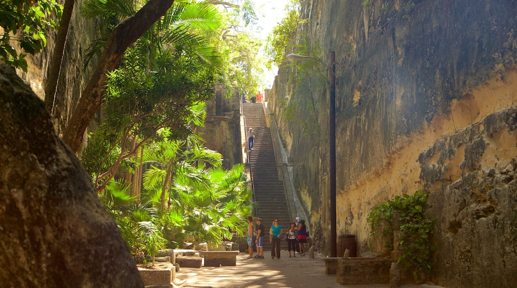 Queen\'s Staircase featuring a gorge or canyon as well as a large group of people