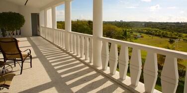 Cooper\'s Castle mostrando paisagens e uma casa